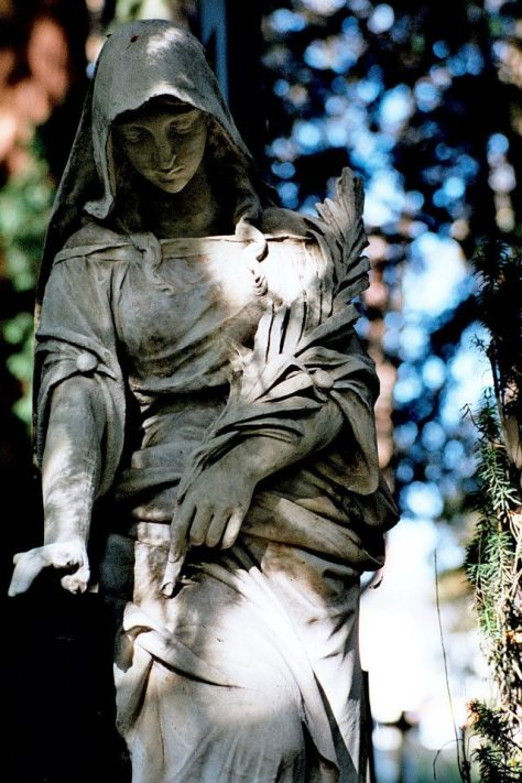 安慰死者的大地之母