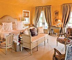 【主臥室】十八世紀瑞典(古斯塔夫式)長椅、路易十六風格扶手椅、Dedar窗簾布、淡菸草色牆面。