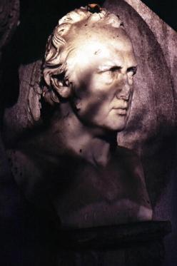 受傷的雕像