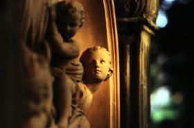 夕陽下的墓園雕塑