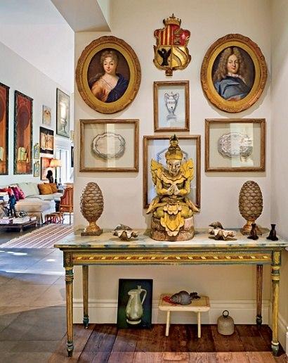 【客廳】瑞典貴族肖像、俄羅斯盾徽、銀製品描繪、球果尖頂飾(cone finials)、印度雕塑、路易十六邊桌
