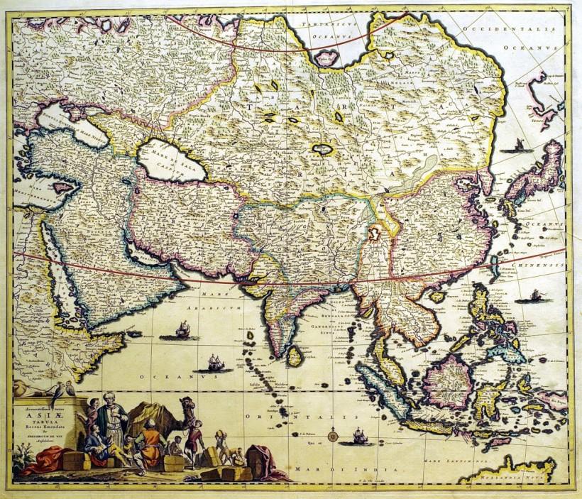 費德列克‧德‧維特(Frederick de Wit, 1630-1706 )為荷蘭重要製圖師。1648年,他離開自己的故鄉顧達(Gouda),來到阿姆斯特丹,開設了一家印刷作坊,從事城市景觀與地圖刻製,到了1662年,隨著事業拓展,亦開始出版地圖冊,張數不一,包含從17張到190張的各類地圖冊。由於他不常在自己刻製的圖版中標示年代,因而難以斷定地圖的印製時間,加上許多地圖冊的出版時間長達數年,更增難度。這張由德‧維特親自繪製修訂的漂亮的亞洲地圖,和先前的版本不同,新版突標示並顯出各個地區的差異,和今日的地圖相比,圖中的印尼(原東印度地區)較印度來得要大,而左下角的人物開光繪製出一隊駱駝商旅,彷彿在邀請十七世紀的「家居旅人」從事一場刺激的冒險。