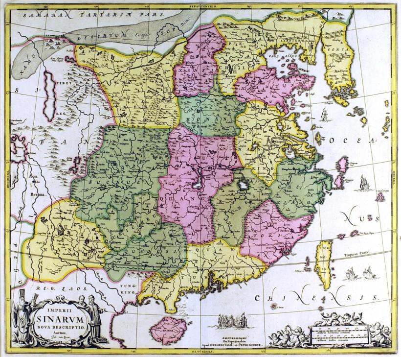 這張〈中華帝國新輿圖〉原為1657年強森(Jan Jansson)的《新輿圖》(Atlas Novus)中的中國地圖,一六九0年代再由Schenk & Valck再度發行。包含兩個人物裝飾開光及點景船隻圖案。中國各省已經大致精確描繪出來,許多城市亦被標示,海岸部分顯得更加準確,特別是廣州、澳門及香港地區的。韓國已是半島,較過去的地圖增加更多細節。台灣的西海岸較東海岸來得曲折,或許因為此區在荷據時代已經進行過深度的殖民開發,在地理認識上有比較豐富的依據,東海岸旁有兩艘中國平底帆船出沒。圖名開光部分飾有西洋傳教士與商人,左側縮尺則是一群小天使。