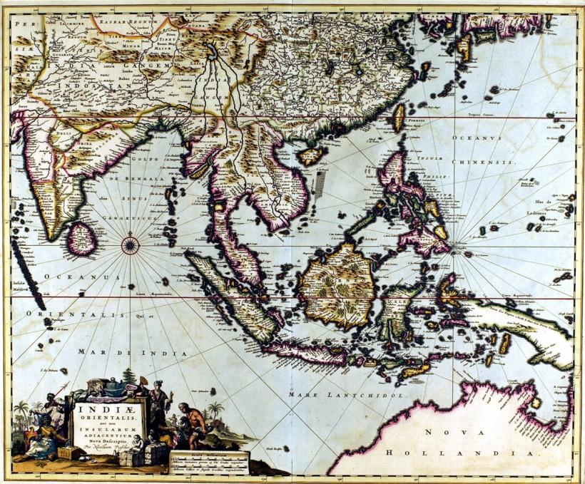 這張名為〈東印度及其附近島嶼新輿圖〉約在1680年出版,為荷蘭費雪(Visscher)製圖家族的尼可拉斯‧費雪(Nicolaas Visscher)製作。圖中包括印度、印尼、菲律賓、中國、台灣、日本南端、新幾內亞與澳洲北部等地區。標示出一些在當時這個地區其他地圖上所沒有的地名。圖名開光花飾精美,配上東印度地區的風物特產與人物,極富異國情調。原始手繪上彩,配上金色,全圖效果動人。台灣的形狀已略具雛形,周遭島嶼亦已標示出來。