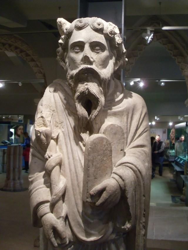 聖瑪麗修院(St. Mary's Abbey)之摩西雕像,現藏於英國約克夏博物館,約1200年。摩西的角逐漸流行起來。