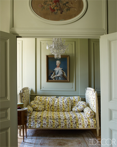 【臥室】波蘭風格臥室、十八世紀畫像、瑪麗–喬瑟芬王妃Marie-Josèphe de Saxe、十八世紀印花布料沙發床、十八世紀吊燈