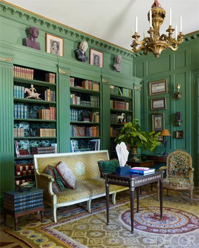 【書房】督政府時期天鵝絨沙發椅、路易十六桌子、十九世紀吊燈、十八世紀針繡扶手椅、Zuber叢林綠鑲板牆