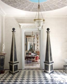【門廳】十八世紀埃及方尖碑、手繪彩畫天花板、路易十六風格吊燈、十八世紀黑白格紋地板