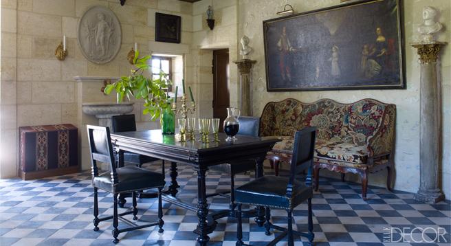 【品酒室】十七世紀荷蘭畫作、法國攝政時期針繡沙發椅、十九世紀長形桌、十八世紀石牆、十九世紀黑白瓷磚地板