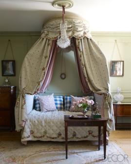 【客房】十八世紀波蘭式床、Chelsea Textiles訂製寢具、麻質手工刺繡華蓋、十八世紀吊燈、路易十六桃花心木桌、瑪麗安東尼皇后大理石半身像