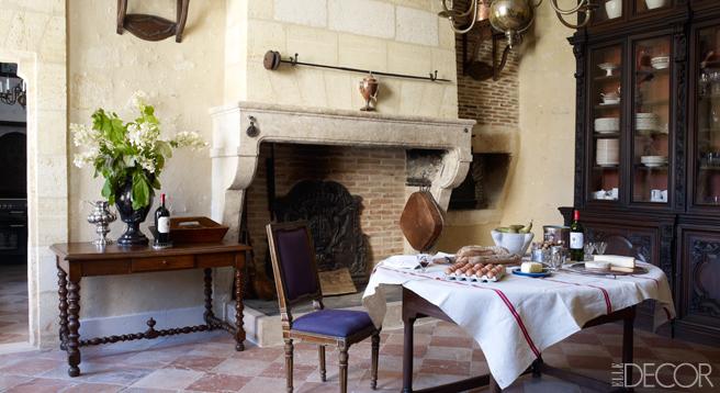 【餐廳】十八世紀木桌、十九世紀橡木邊桌與橡木櫥櫃、十九世紀荷蘭吊燈