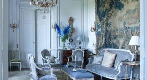 【客廳】Georges Jacob製Lelievre天鵝絨沙發與扶手椅組、十八世紀奧比松(Aubusson)壁毯、十八世紀衣櫃、十九世紀吊燈與壁式燭臺
