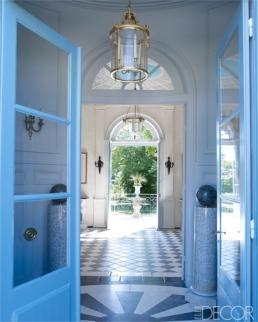 【門廊】路易十六罩燈、十九世紀鑲嵌大理石地板、仿十八世紀色調漆門