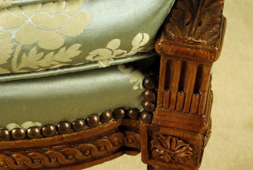 新古典主義的簡約線條,椅腳配上直刻紋路。