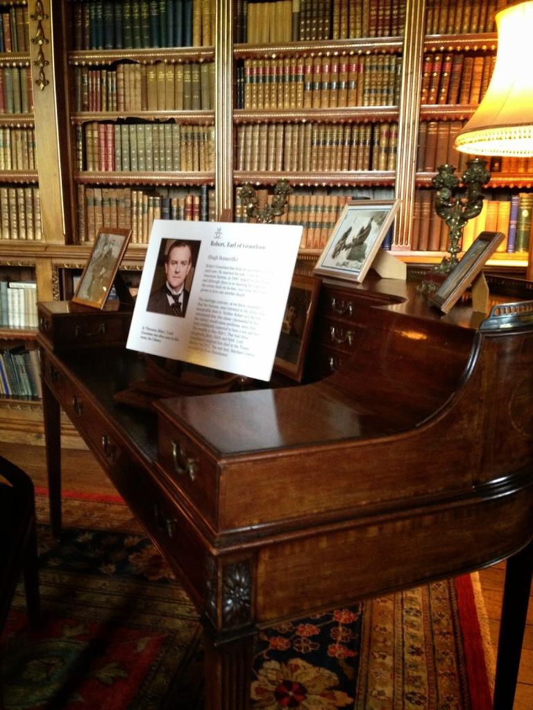《唐頓莊園》劇中的格蘭特罕伯爵,亦是真實世界的卡納馮伯爵五世專用書桌
