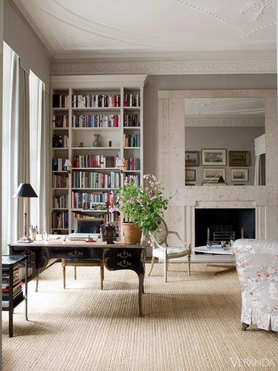現代書房中擺上一張路洛可可風格的書桌,空間頓顯優雅。圖片出處。