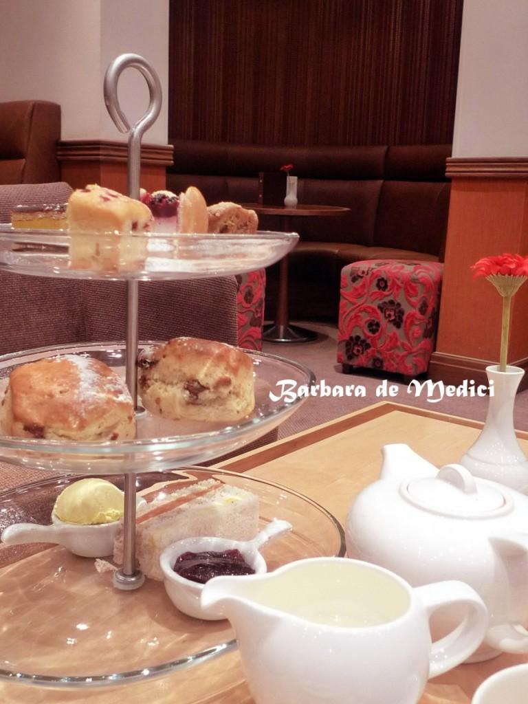 倫敦飯店內提供的英式傳統三層下午茶