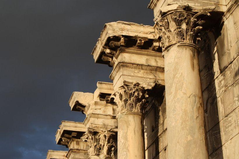 雅典哈得良圖書館(Library of Hadrian)正面的石柱。科林斯柱式。