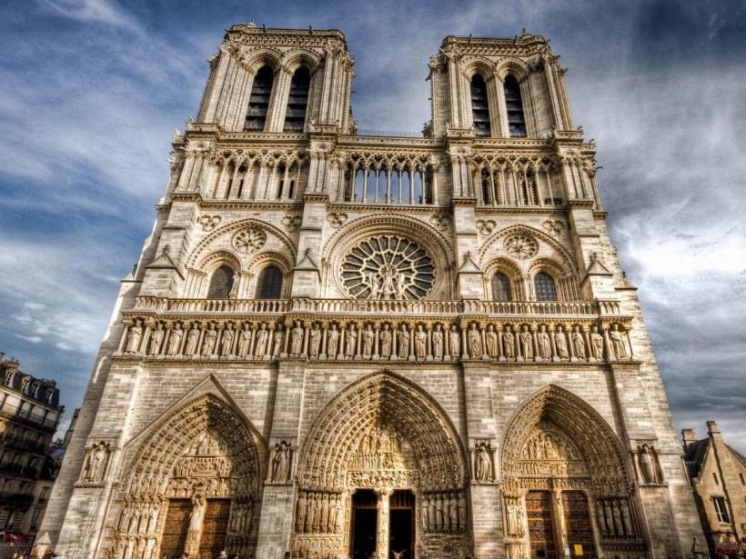 巴黎聖母院。融合許多古典的建築元素。