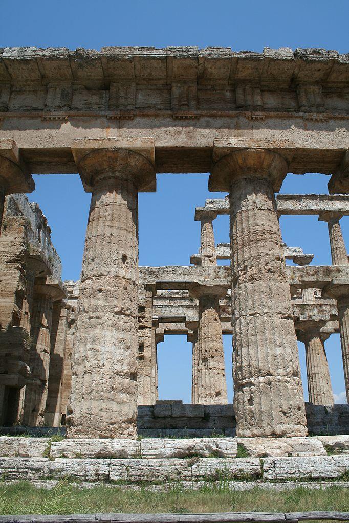 義大利帕埃斯圖姆(Paestum)的海神波賽頓神殿(Temple of Poseidon),為多立克柱式建築。