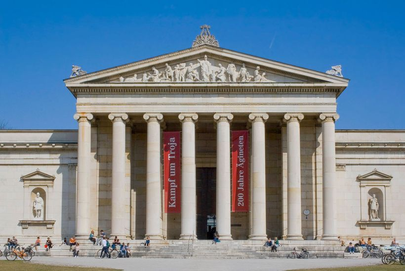 德國慕尼黑古代雕塑展覽館(Glyptothek),收藏巴伐利亞國王路德維希一世的古代希臘和羅馬雕塑作品。由馮‧克蘭策(Leo von Klenze, 1784 – 1864)設計,1816–30建造,屬新古典主義風格。