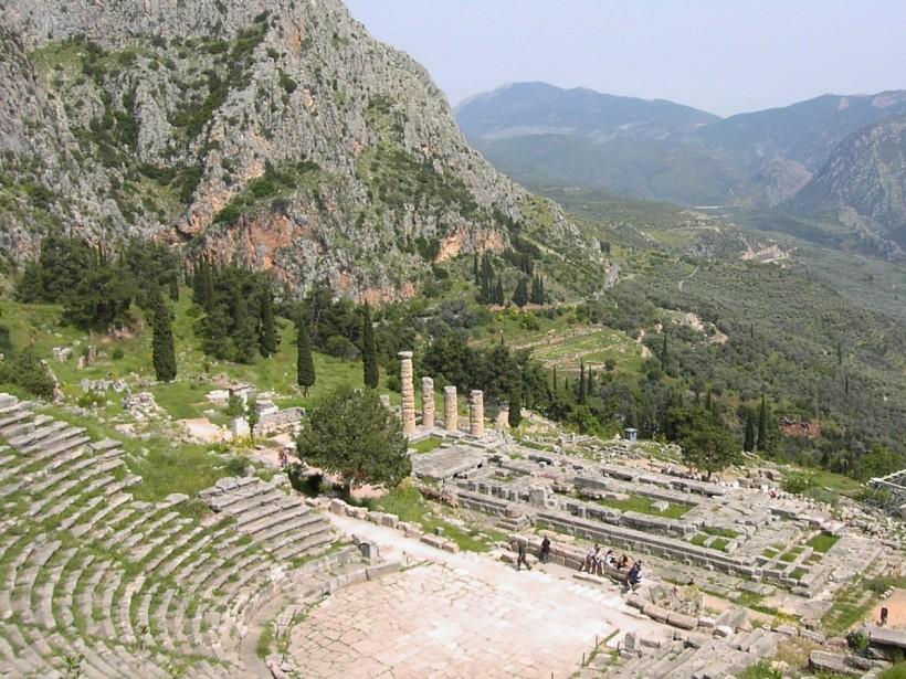 德爾斐(Delphi)的劇場與阿波羅神殿遺址。
