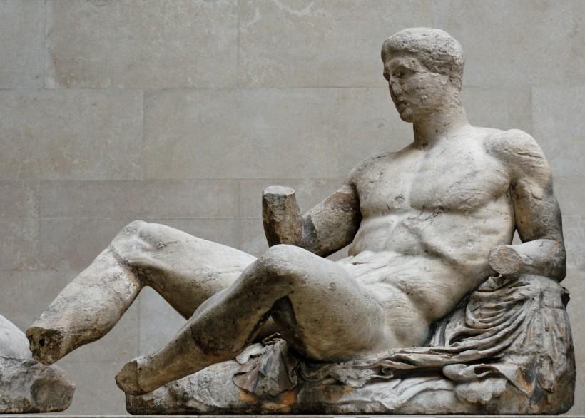 菲迪亞斯監管的工匠,躺臥的酒神(Dionysos),出自:帕德嫩神殿的山形牆,約西元前447–433,大英博物館。