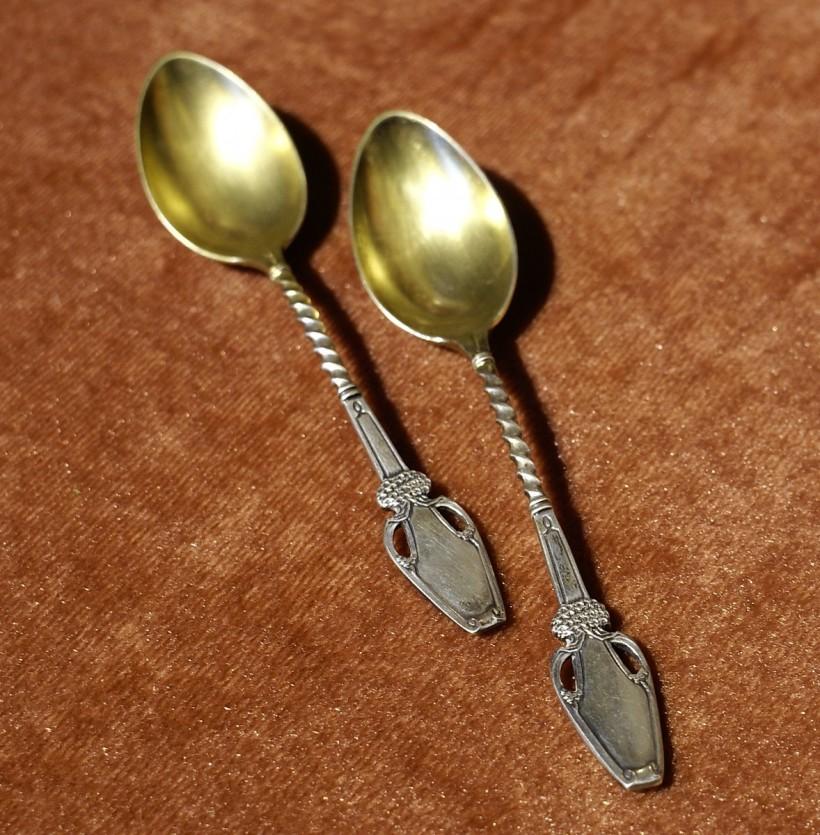 作者:不詳 名稱:銀鍍金摩卡湯匙組。 署名:800/ 不詳落款。 技法:手工鑄造。 尺寸:11 cm。 年代:二十世紀初。(SI 054) 作品介紹: 這組咖啡湯匙組,為800銀製品,具有維也納新藝術風格。