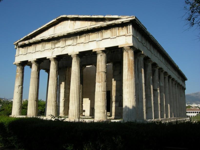 火神赫菲斯托斯神殿(Temple of Hephaestus)是座保存良好的古希臘神殿,位於雅典衛城西北。西元前449年開始興建,工期長達三十年。多立克圍柱列式(Doric peristyle)神殿。