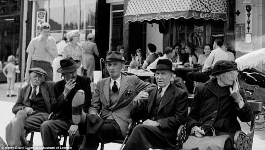 1950年代的倫敦咖啡館和現在一樣,可常看見長輩們坐著休憩的愜意畫面。