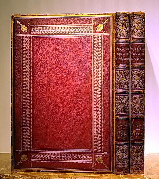 紅色摩洛哥山羊皮精裝,精美燙金書背與書名,書封內緣三面燙金。兩冊,內含158張全頁彩色石版插圖。