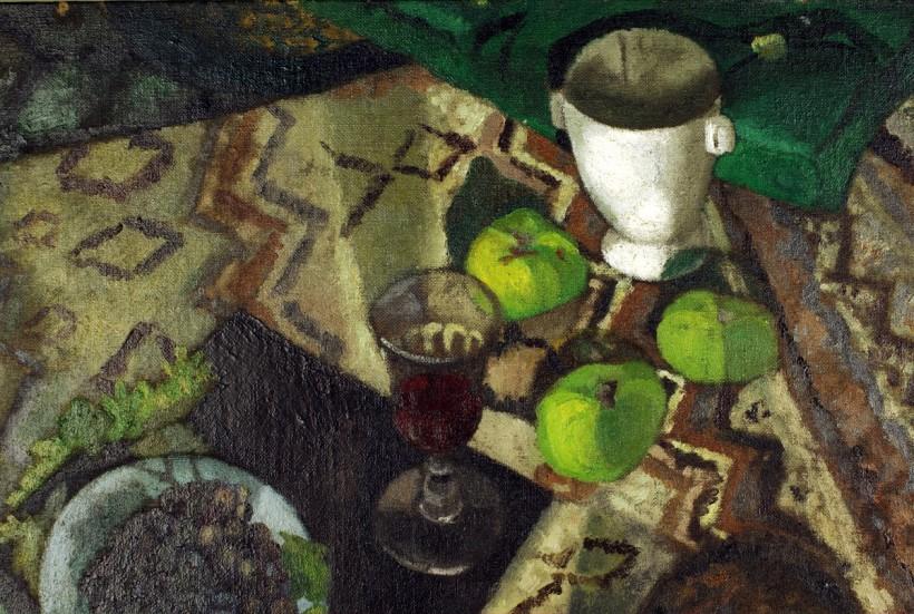 《水果靜物與貓》中的聖杯與青蘋果。