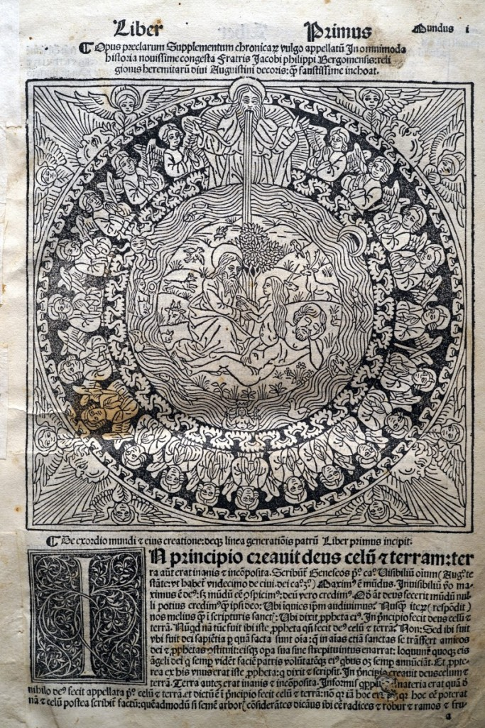 《年鑑補遺》第四版第一卷上帝造人的木刻插圖與起首大寫花飾木刻字母。