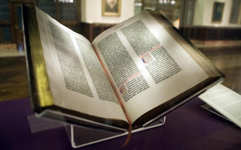 James Lenox(1800 – 1880 )的古騰堡聖經(Lenox Gutenberg Bible) ,現藏於紐約公共圖書館(New York Public Library) 。