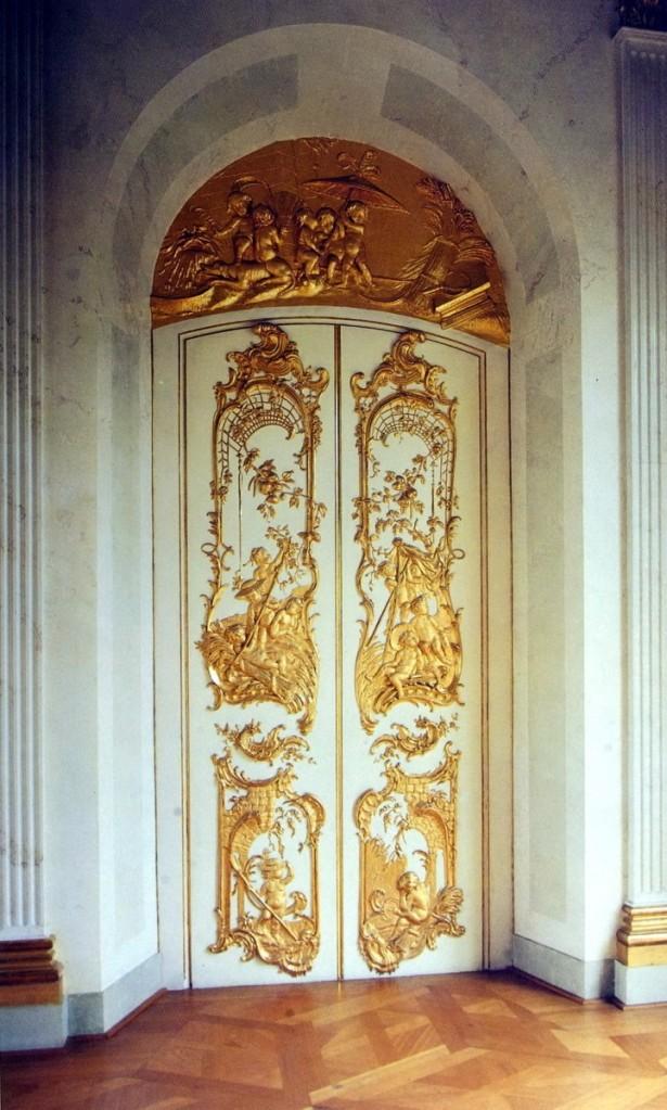 夏洛特堡宮中的洛可可風花飾大門。