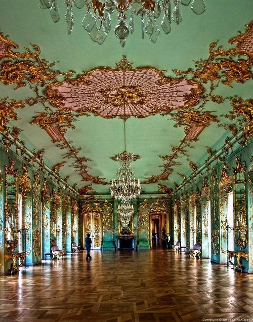 菲特烈二世起初住在原夏洛特堡宮的二樓,亦布置裝潢了這些房間(二戰時候被毀)。