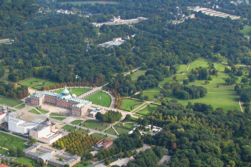 無憂宮宮殿建築群與其公園鳥瞰。左下角為新宮,右上角為無憂宮。