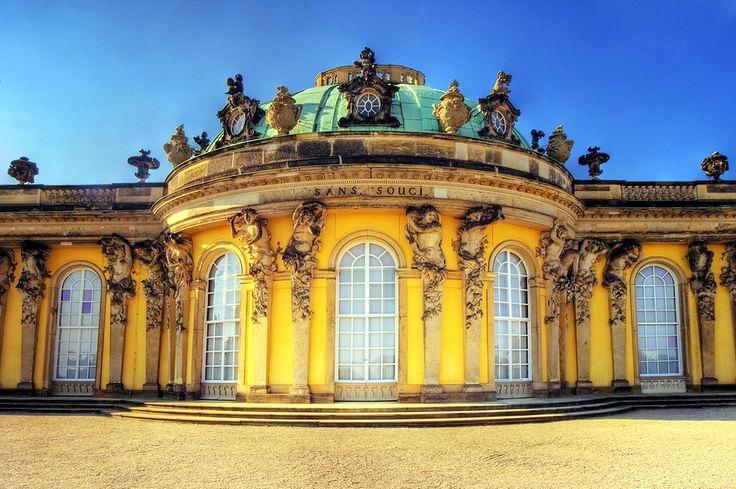 無憂宮外牆增加了許多裝飾雕像與屋頂飾物,配上鵝黃色彩,讓整棟建築多了輕盈躍動的氛圍。