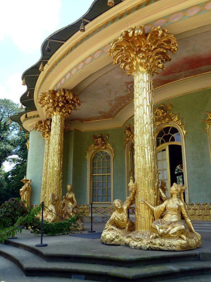 中國樓的鍍金雕像。