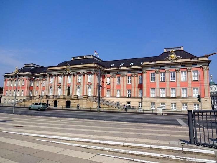 1744年,菲特烈二世擴建波茨坦的城市宮(Potsdamer Stadtschloss)成為自己的行宮,今天是布蘭登堡州的新議會大廈所在。